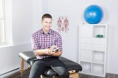 恢复原状在工作的生理治疗师 免版税库存图片