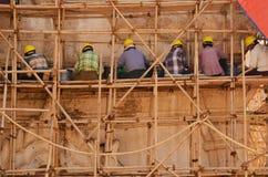 恢复古庙的建造者 库存照片