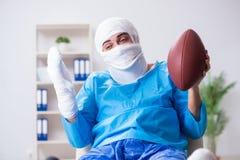 恢复在医院的受伤的美国橄榄球运动员 库存图片