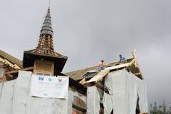 恢复教会屋顶的人作为欧洲资助一部分 免版税库存照片