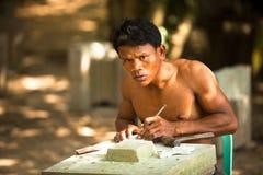 恢复的柬埔寨石匠在吴哥窟工作 免版税库存图片