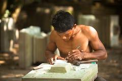 恢复的石匠在吴哥窟工作 免版税图库摄影