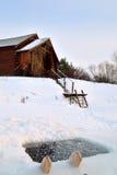 巴恩和冰孔在一个冷淡的冬日 免版税库存图片