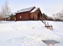 巴恩和冰孔在一个冷淡的冬日 免版税图库摄影