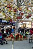 巴恩圣诞节市场-与垂悬的礼物的圣诞节室外树 图库摄影