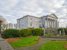 恩尼斯,爱尔兰- 2017年11月17日, :恩尼斯法院办公室、办公室&地图和爱尔兰的法院服务 免版税库存图片