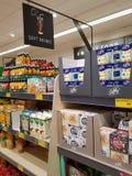 恩尼斯,爱尔兰- 2017年11月17日, :阿尔迪商店在恩尼斯克莱尔郡,爱尔兰 各种各样的软饮料的选择 库存图片