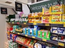 恩尼斯,爱尔兰- 2017年11月17日, :阿尔迪商店在恩尼斯克莱尔郡,爱尔兰 各种各样的面条和套的选择 免版税库存照片