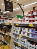 恩尼斯,爱尔兰- 2017年11月17日, :阿尔迪商店在恩尼斯克莱尔郡,爱尔兰 各种各样的爱尔兰罐子鱼的选择 免版税库存图片
