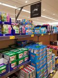 恩尼斯,爱尔兰- 2017年11月17日, :阿尔迪商店在恩尼斯克莱尔郡,爱尔兰 各种各样的卫生间和厨房洗衣店的选择 免版税库存图片