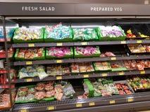恩尼斯,爱尔兰- 2017年11月17日, :阿尔迪商店在恩尼斯克莱尔郡,爱尔兰 各种各样的新鲜和准备的沙拉的选择 库存图片