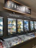 恩尼斯,爱尔兰- 2017年11月17日, :阿尔迪商店在恩尼斯克莱尔郡,爱尔兰 各种各样的结冰的肉和禽畜的选择 免版税库存图片