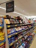 恩尼斯,爱尔兰- 2017年11月17日, :阿尔迪商店在恩尼斯克莱尔郡,爱尔兰 各种各样的巧克力和甜点的选择 图库摄影