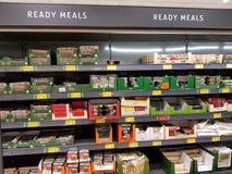 恩尼斯,爱尔兰- 2017年11月17日, :阿尔迪商店在恩尼斯克莱尔郡,爱尔兰 各种各样的爱尔兰准备好饭食的选择 免版税库存照片