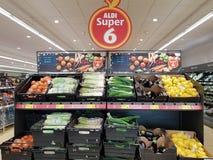 恩尼斯,爱尔兰- 2017年11月17日, :阿尔迪商店在恩尼斯克莱尔郡,爱尔兰 各种各样的新鲜的未加工的蔬菜的选择 免版税库存照片