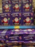 恩尼斯,爱尔兰- 2017年11月17日, :阿尔迪商店在恩尼斯克莱尔郡,爱尔兰 各种各样的吉百利日志牛奶圣诞节的选择 库存图片