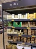 恩尼斯,爱尔兰- 2017年11月17日, :阿尔迪商店在恩尼斯克莱尔郡,爱尔兰 各种各样的爱尔兰黄油的选择 免版税图库摄影