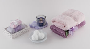 巴恩炸弹、豪华肥皂和毛巾与芳香疗法蜡烛 库存图片