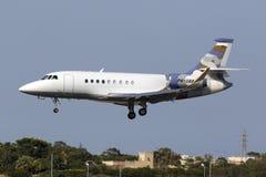 恰好色的企业喷气机着陆 免版税库存照片