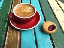 恰好被创造的等待在早晨阳光下的热奶咖啡和蛋糕 库存图片