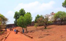恰恩多利姆,果阿,印度- 2015年4月11日:古老在17世纪修造的堡垒Aguada和灯塔 库存照片