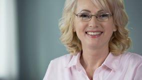 恳切地微笑与健康白色牙,牙齿保护服务的年迈的妇女 影视素材
