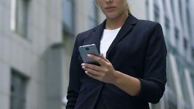 恳切地微笑在手机的收到的喜讯消息的花姑娘 股票视频
