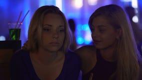 恳切的女性朋友拥抱和谈话与哀伤的小姐在党,同情 股票录像