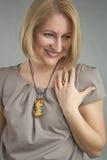 恳切的微笑的白肤金发的妇女纵向  免版税库存图片