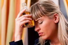 恶习太喝妇女的酒精白兰地酒 库存图片