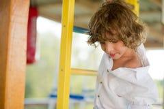 恶作剧男孩在操场的10-11岁 免版税库存照片