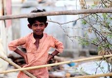 恶劣儿童微笑/Mandvi, Kutch,印度- 8月, 2016可怜的地方孩子 免版税库存图片