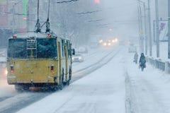 恶劣天气在城市:大雪和飞雪在冬天 图库摄影