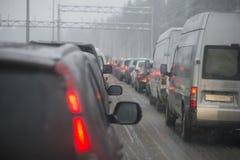 恶劣天气,在高速公路的交通堵塞 列宁格勒地区,俄罗斯 库存照片