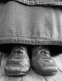 恶劣的农场女孩鞋子,贫穷 库存图片