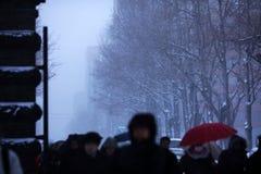 恶劣的可见性降雪的街道视图 免版税库存图片