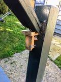 恶劣的技巧的例子在显示的在一个木楼梯的栏杆 免版税库存图片