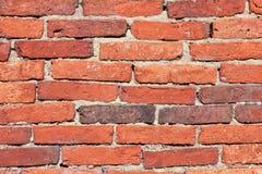 恶化的红色泥砖墙纹理 库存照片