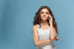 恶心的妇女画象有手机的 免版税库存图片