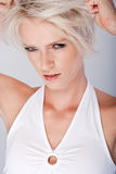 恶意的恼怒的年轻白肤金发的妇女 库存照片