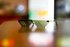 恶棍在书桌, llife样式,黑玻璃,匪徒上的生活玻璃 库存照片