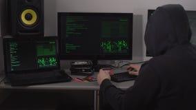 恶棍黑客对银行帐户使用信用卡顾客和在一台强有力的计算机上的特殊软件能够存取 股票视频