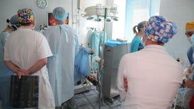 恶瘤撤除在肾脏的 肾脏的切除术 外科医生在l期间的队手 影视素材