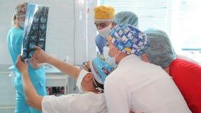 恶瘤撤除在肾脏的 肾脏的切除术 外科医生在l期间的队手 股票视频