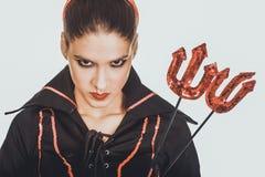 恶魔狂欢节服装的恼怒的妇女 免版税库存照片