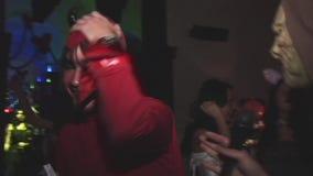 恶魔红色服装的人接受采访,在夜总会显示可怕在万圣夜党 黑垫铁 影视素材