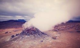 恶魔观看对通入蒸汽的volcan堆在Namafjall,冰岛 库存图片