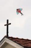 恶魔龙和圣洁十字架 库存图片