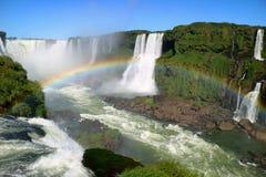 恶魔` s伊瓜苏瀑布从巴西边的联合国科教文组织世界遗产名录站点喉部面积激动人心的景色与华美的彩虹 库存图片