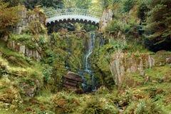 恶魔` s桥梁秋天 童话风景在卡塞尔,德国 wat 免版税库存图片